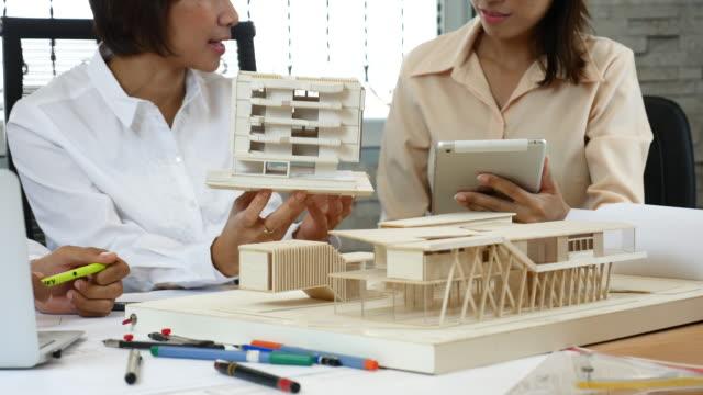 vídeos de stock, filmes e b-roll de arquiteto de discussão sobre design de solução - unidade