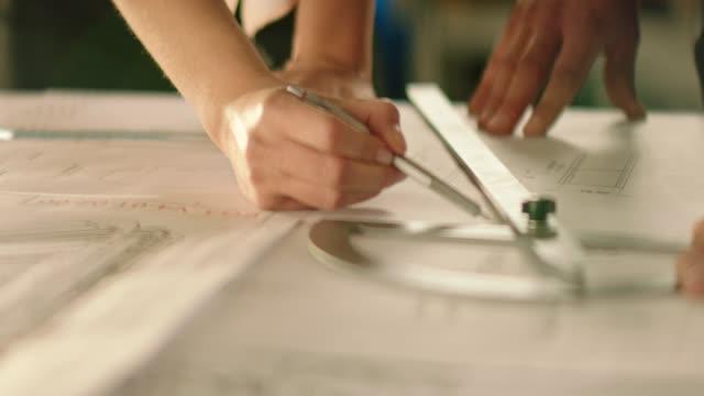 vídeos de stock, filmes e b-roll de arquiteto fazendo esboços - diagrama