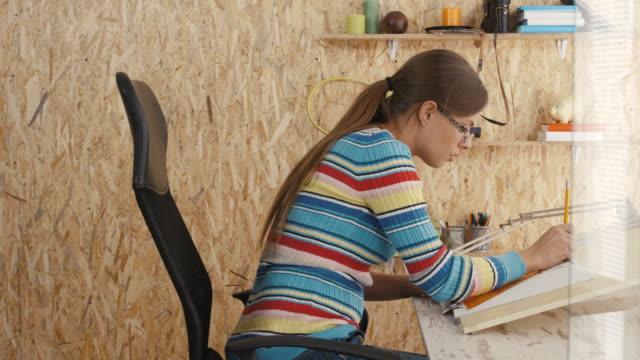 Architekten zeichnen Blaupause im Büro