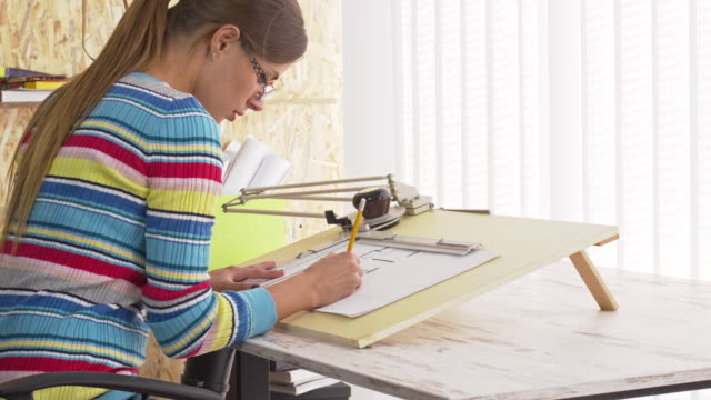 建築図面設計図のオフィス - 製図板点の映像素材/bロール