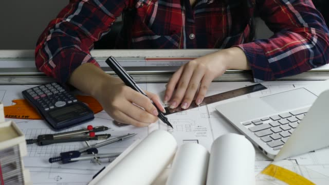 vídeos de stock e filmes b-roll de architect drawing - arquiteta
