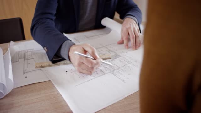 architekt plandetails, kunden zu erklären - architekt stock-videos und b-roll-filmmaterial
