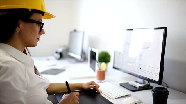 vídeos de stock, filmes e b-roll de arquiteto no escritório - prancheta