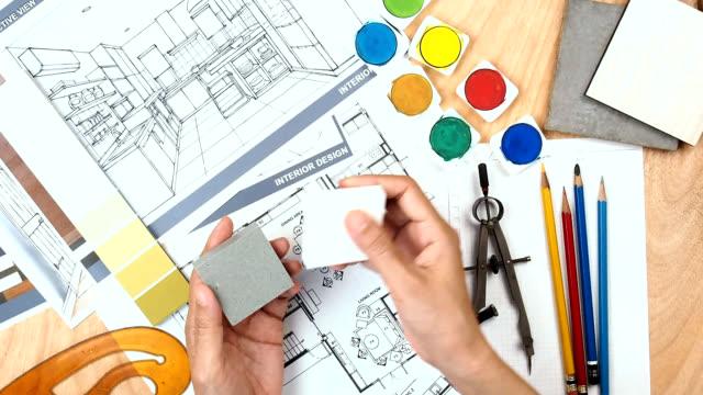 Architekt & Interieur Designer arbeiten bei Arbeitstisch mit Grundriss, blue print, Probe