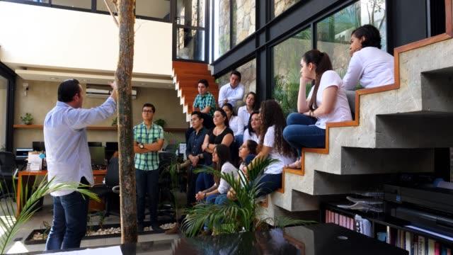 vidéos et rushes de ms architect leading project meeting in design studio - agence de design