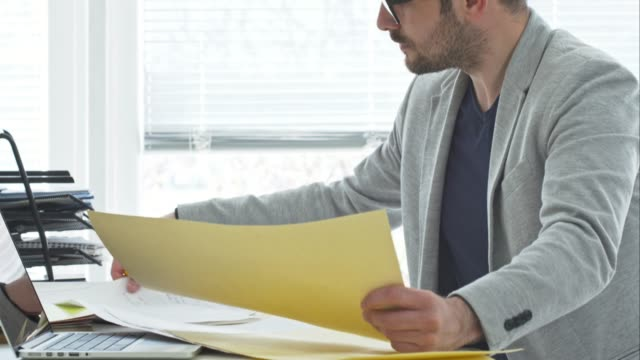 Architekt schaut an Entwürfe umgesetzt im Büro