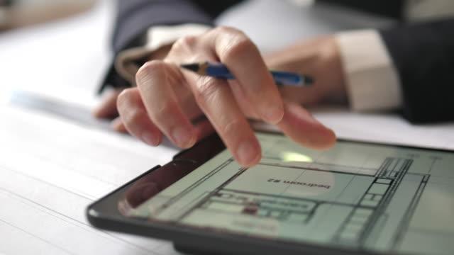 vídeos de stock, filmes e b-roll de arquiteto designer de design de interiores do projeto planejando tablet digital - arquiteto