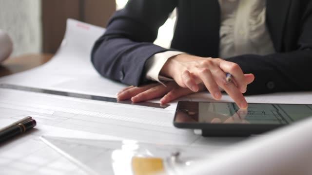vídeos y material grabado en eventos de stock de el arquitecto que comienza dibuja un plano de la casa con la tableta digital - two dimensional shape