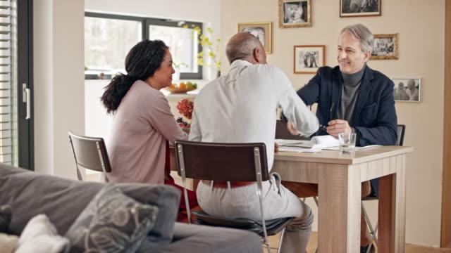 Architekt im Gespräch mit senior Multi ethnischen paar in ihrem Haus