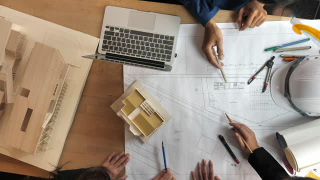 vídeos de stock e filmes b-roll de architect team meeting in a modern architectural office - arquiteta