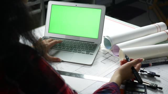 vídeos de stock, filmes e b-roll de arquiteto, usando a tela do laptop verde - modelo web