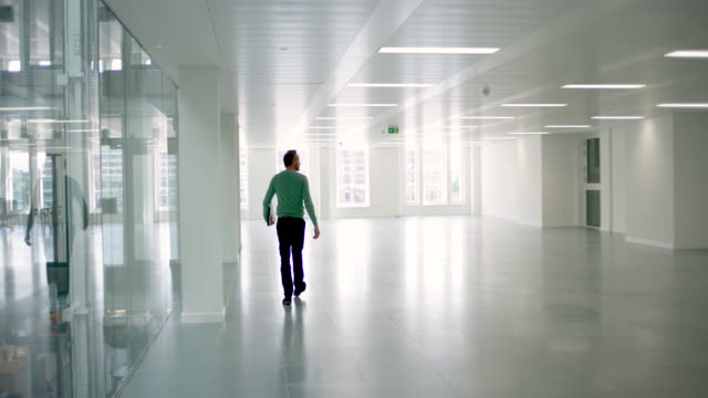 vidéos et rushes de ts of architect walking through empty office - bureau pièce