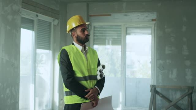 stockvideo's en b-roll-footage met architect met probleem - bouwvakker