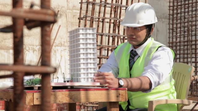vídeos y material grabado en eventos de stock de architect working at construction site, delhi, india - arquitecto