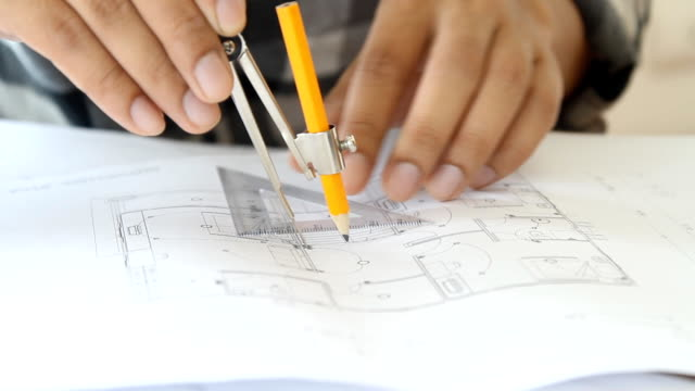 vídeos de stock, filmes e b-roll de o arquiteto trabalhar pelo divisor blueprint para o interior da sala de desenho - triângulo formato bidimensional