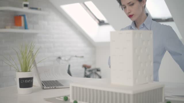 vídeos y material grabado en eventos de stock de 4 k : arquitecto trabajando en su oficina. - arquitecto