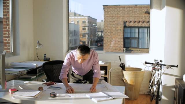 vídeos de stock, filmes e b-roll de ms architect working in office / new york city, new york, usa - plano de arquitetura