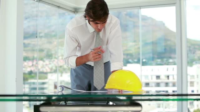 vídeos y material grabado en eventos de stock de architect working on blueprints - camisa y corbata