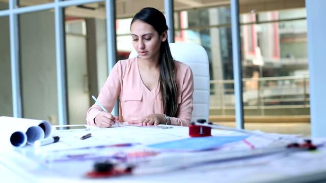 vídeos y material grabado en eventos de stock de architect working on construction map, delhi, india - arquitecta