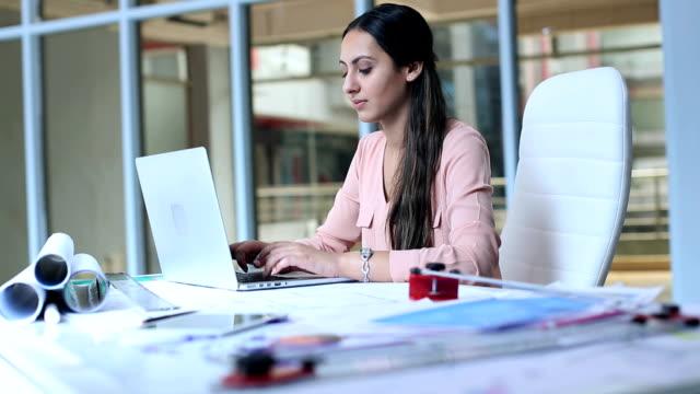 vídeos y material grabado en eventos de stock de architect working on laptop, delhi, india - arquitecta