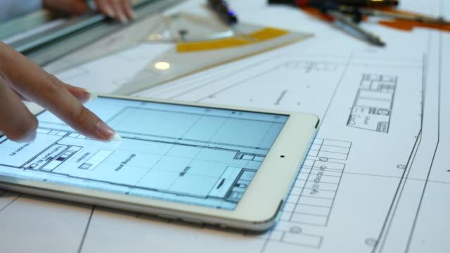 vídeos y material grabado en eventos de stock de arquitecto trabajando con mesa con tableta digital, 4 k (uhd - propietario de casa