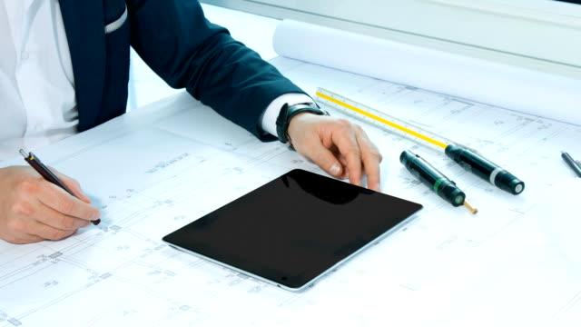 Architetto lavorando sul tavolo con digital tablet