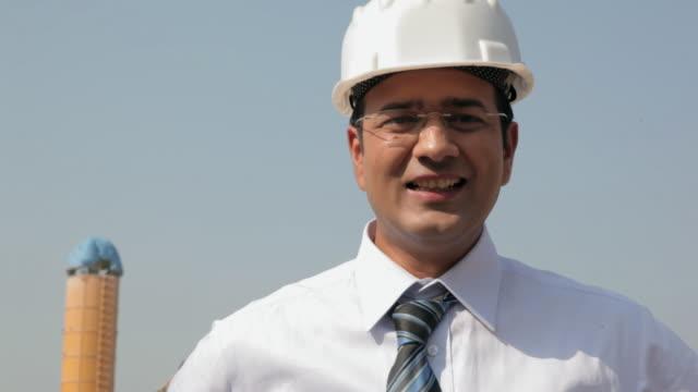 vídeos de stock, filmes e b-roll de architect working with his team in the construction site, delhi, india - camisa e gravata