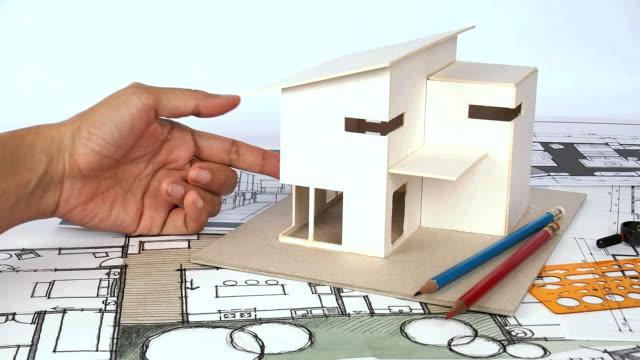 Architekten arbeiten mit Haus-Modell &  Entwürfe umgesetzt