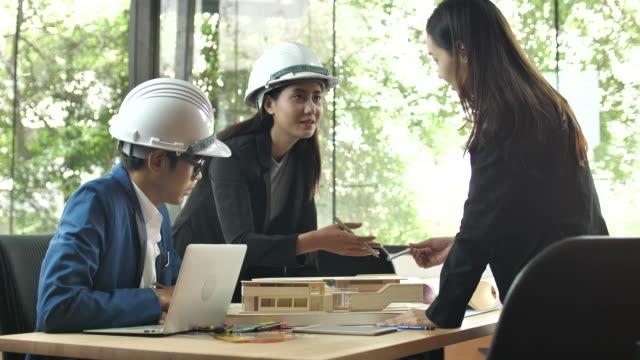建築現場における建築家モデルの打ち合わせと議論 - 土木技師点の映像素材/bロール