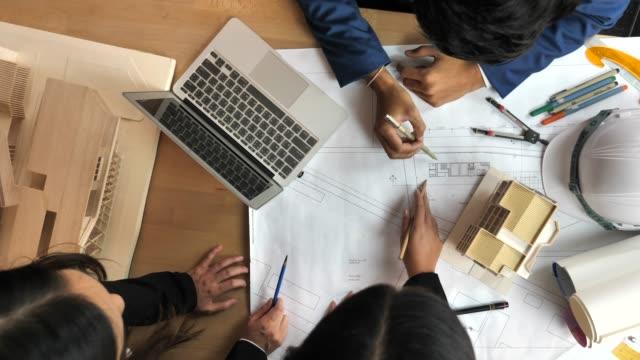 architekten, brainstorming-design-lösungen - designer einrichtung stock-videos und b-roll-filmmaterial