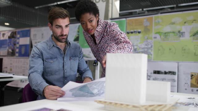 vidéos et rushes de architects discussing plans - designer