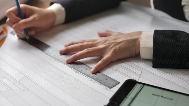 テーブルで議論する建築家エンジニア - 図表点の映像素材/bロール
