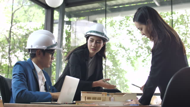 Architekten, die detaillierte Präsentation am Architekturmodell an den investor