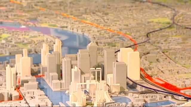 architect's model showing route of new crossrail link across london - クロスレール路線点の映像素材/bロール