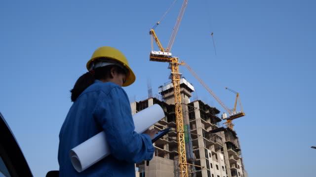 建設現場でタブレットに取り組んでいる建築家の女性 - 建設作業員点の映像素材/bロール