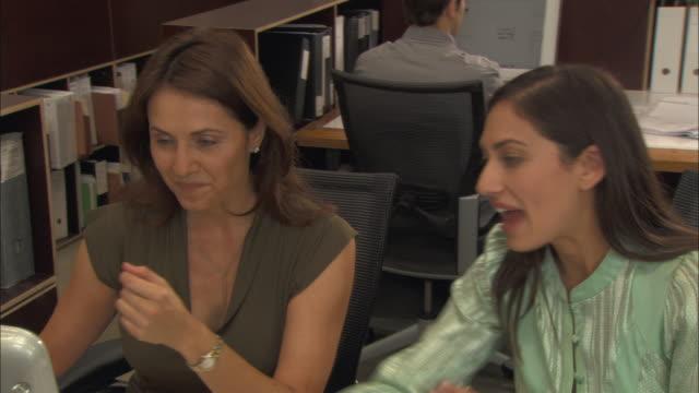vídeos de stock e filmes b-roll de cu, pan, architects working in office - arquiteta