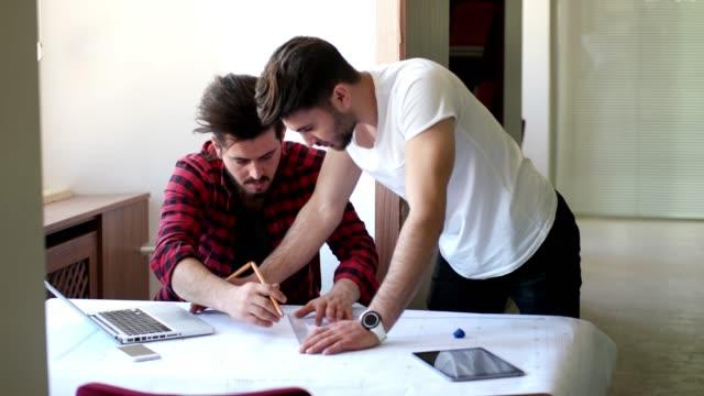 vídeos y material grabado en eventos de stock de arquitectos trabajando juntos - estudio de diseño