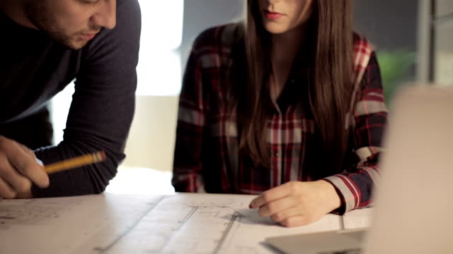 vídeos de stock e filmes b-roll de arquitectos de trabalho - engenheiro civil
