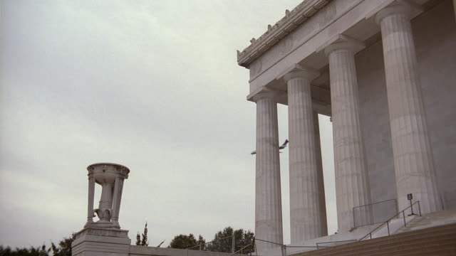 la architectural detail and columns of the lincoln memorial / washington, d.c., united states - fries säulengebälk stock-videos und b-roll-filmmaterial