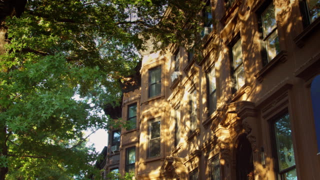 architectural detail of brooklyn row houses - reihenhaus stock-videos und b-roll-filmmaterial