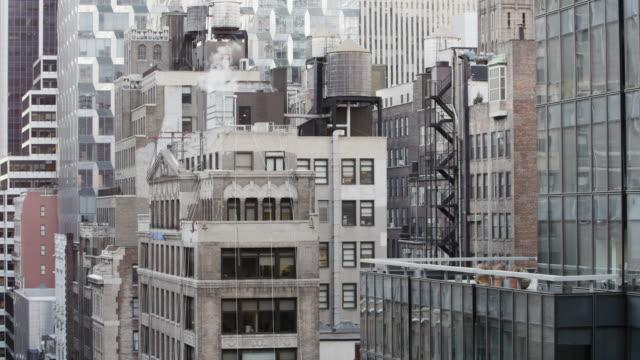 vídeos de stock, filmes e b-roll de architectural detail of buildings in new york city - plano médio