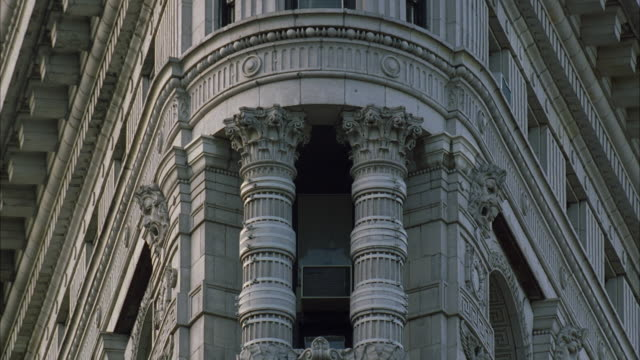 cu la architectural detail of flatiron building at 23rd st / manhattan, new york, usa - gebäudefront stock-videos und b-roll-filmmaterial