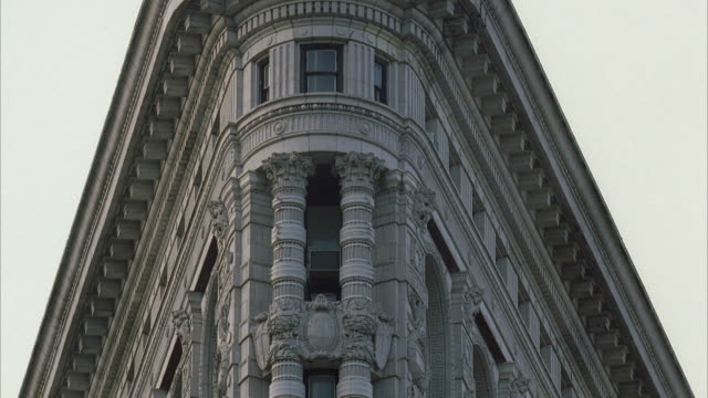 cu la zi zo architectural detail of flatiron building at 23rd st / manhattan, new york, usa - gebäudefront stock-videos und b-roll-filmmaterial