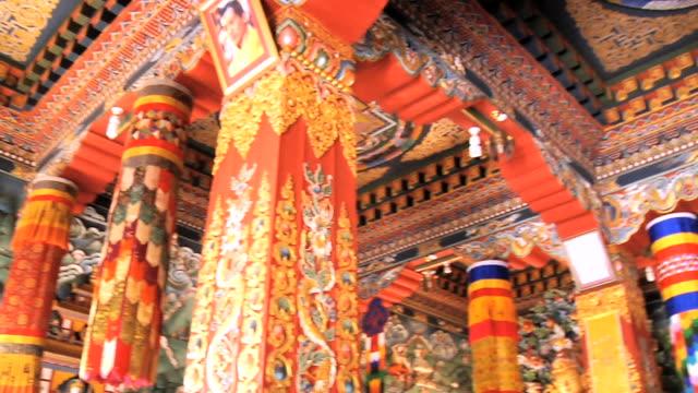 vídeos de stock, filmes e b-roll de ms pan architectural details of monastery / gaya, bihar, india - figura masculina