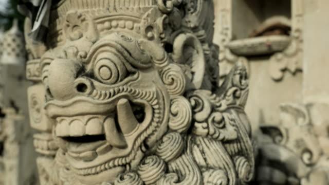 architektonische hinduistischen skulptur in einem bali-tempel in indonesien - tempel stock-videos und b-roll-filmmaterial