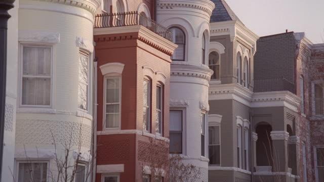 vidéos et rushes de pan architectural styles of buildings on georgetown campus / washington, d.c., united states - georgetown washington dc