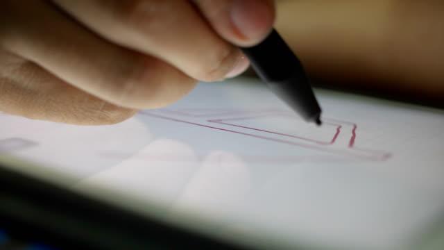 vídeos y material grabado en eventos de stock de ingeniero de arquitectura dibujo estructura en tableta digital en la noche - instrumento de escribir con tinta