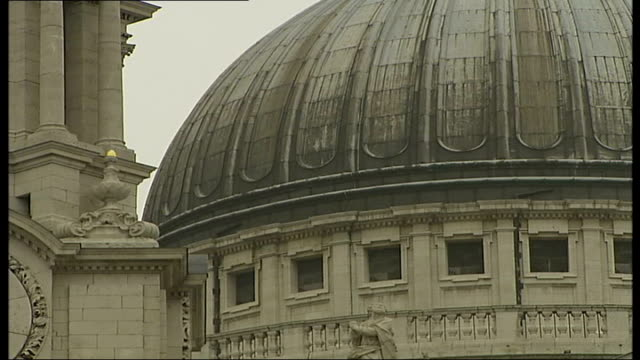 stockvideo's en b-roll-footage met sir christopher wren's buildings **'abdelazar' by henry purcell overlaid sot** general views of st paul's cathedral - henry purcell