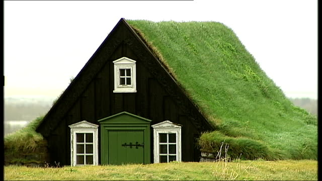 vidéos et rushes de traditional turfcovered buildings iceland reykjavik ext general views of small wooden church with roof of grass / general views of traditional wooden... - turf