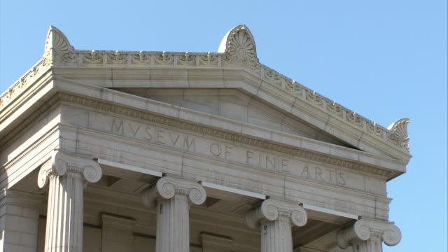 vídeos de stock, filmes e b-roll de cu architrave of museum of fine arts / boston, massachusetts, usa - escrita ocidental